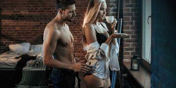 uomo che tocca donna che beve caffè